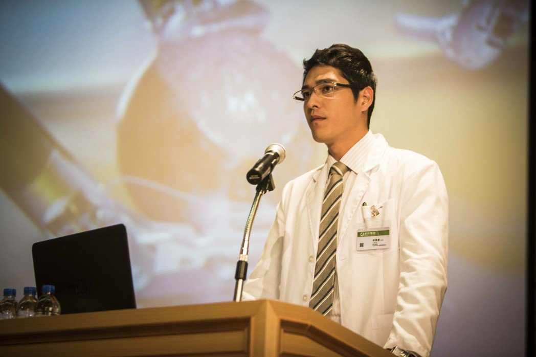藍正龍「麻醉風暴2」演出外科部主任謝騰豐。圖/公視提供