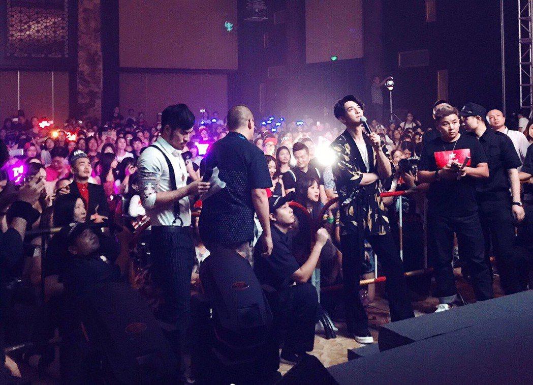汪東城慶生會和粉絲互動。圖/東藝演藝經紀提供