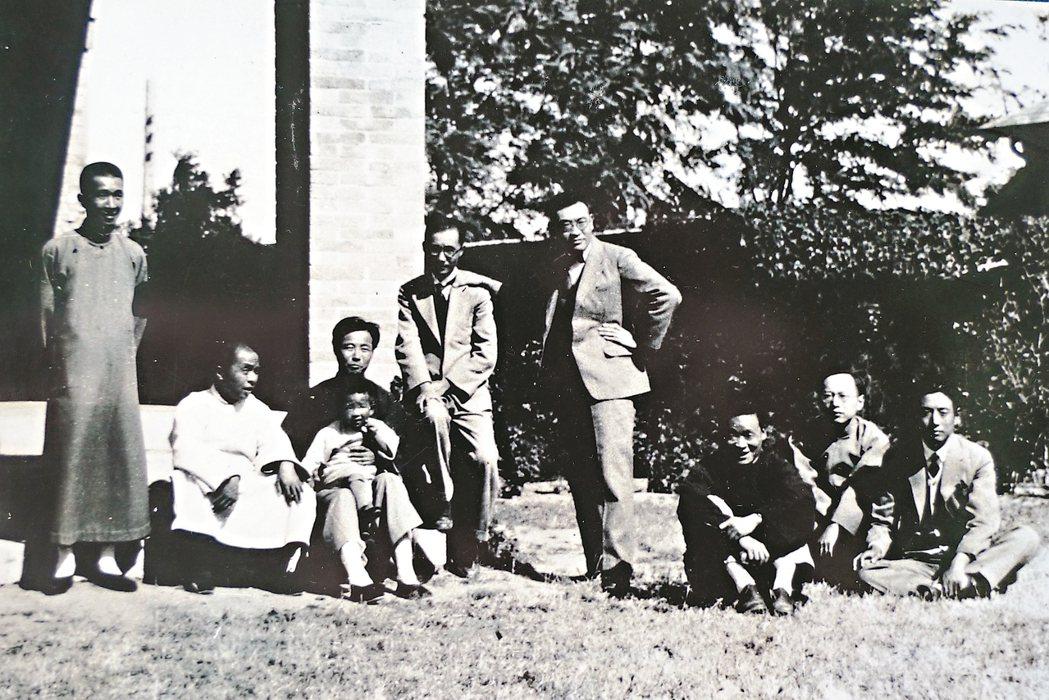 圖二:1930年,莊嚴(右五)和董作賓(右三)、臺靜農(右一)等北大畢業同學,在...