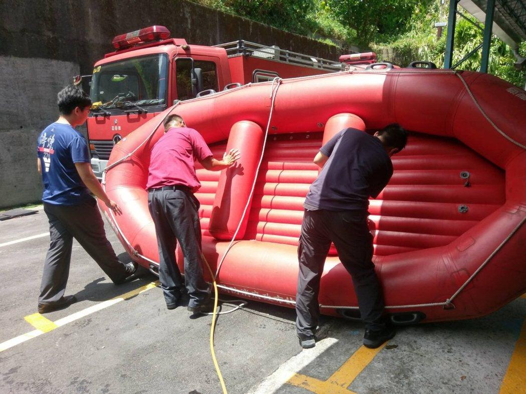 天鴿颱風在世大運期間來襲,台北市消防局擔心影響賽事,要求各分隊加強整備,檢查車輛...
