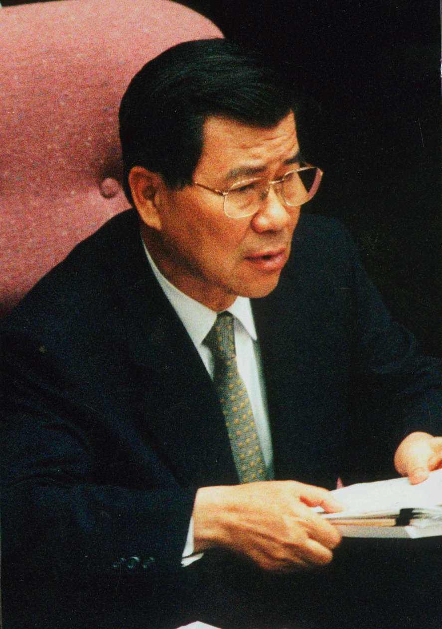 立法院對當時行政院長蕭萬長提出憲政史上首例的不信任案,微笑老蕭在座位上的難堪沉重...