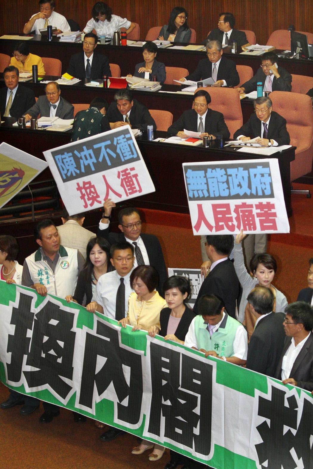 立法院對當時行政院長陳不信任案,台聯黨團也予以支持,陳冲(後右一)也因此無法上台...