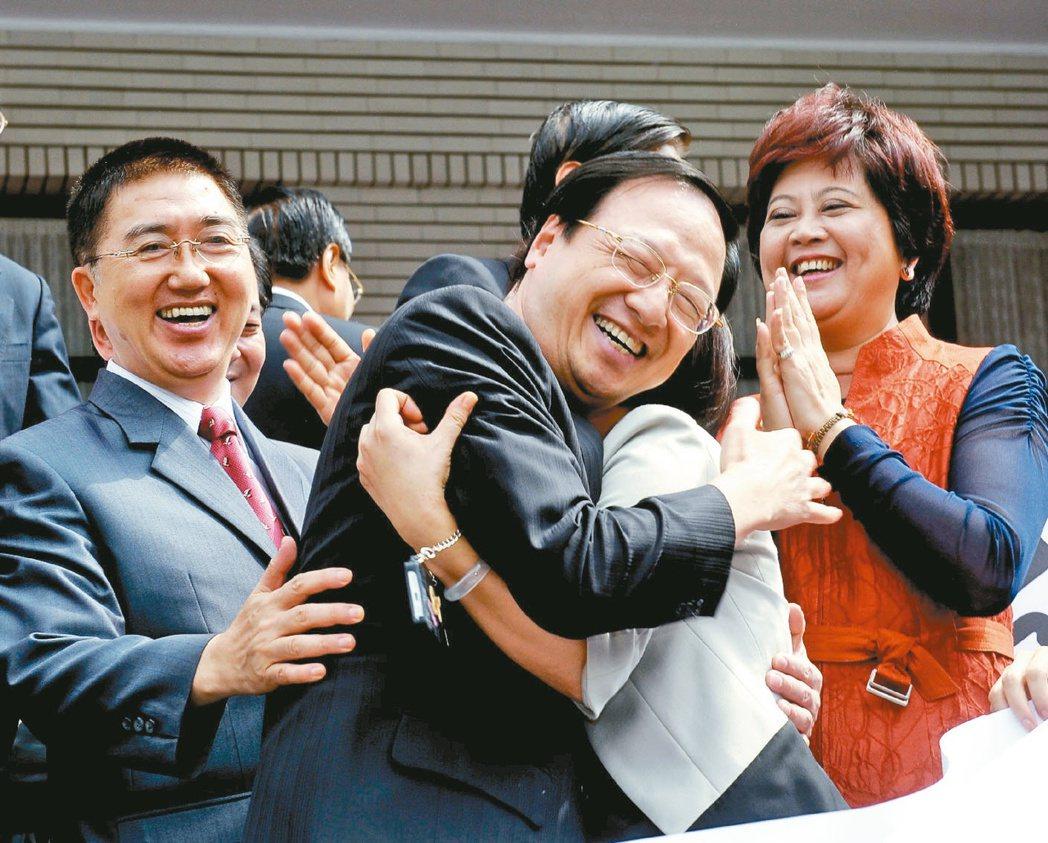 當年不信任案遭否決後,江宜樺(中)答謝立委的支持時,高興的和立委互相擁抱。 圖/...