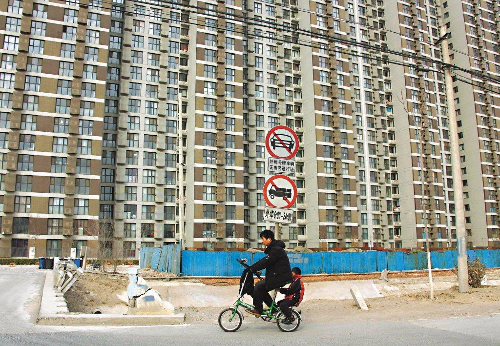 北京打房出新招,凡是在北京打工、租屋的父母,他們的子女原本必須在老家上學,現在有...