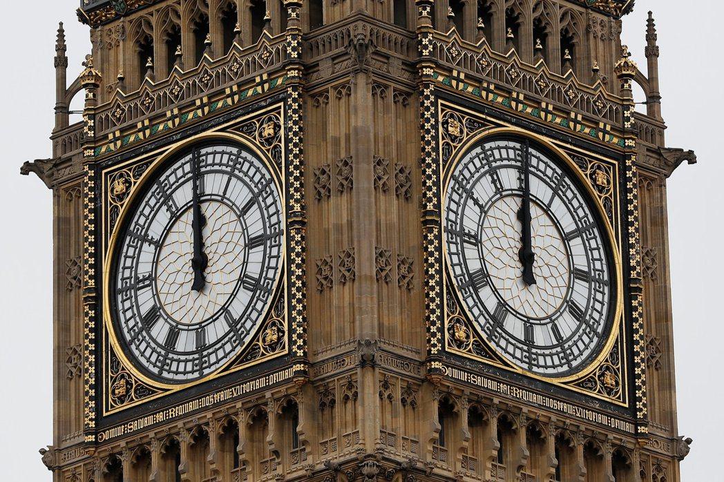 英國大笨鐘21日正午敲響12下後正式靜音,預計4年後才會恢復鐘響。 路透