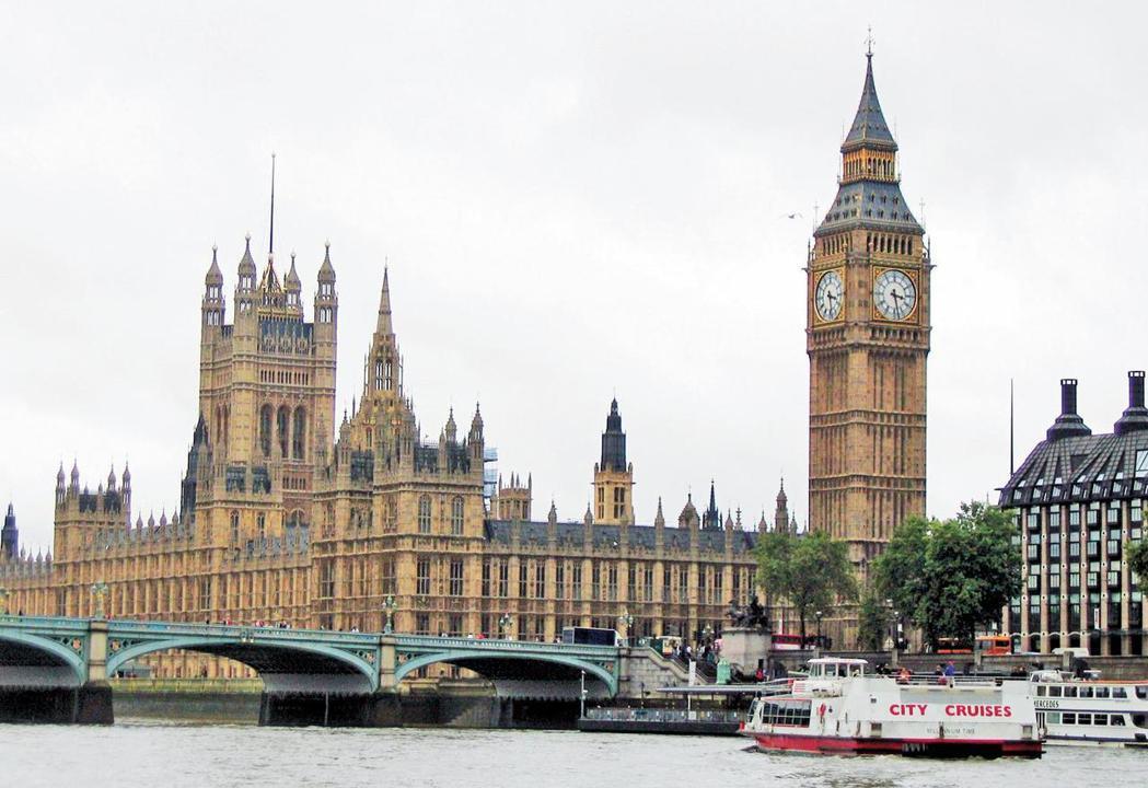 從泰晤士河遠看英國國會大廈與大笨鐘。 圖/本報資料照