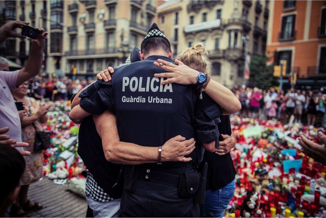 8月21日,巴塞隆納蘭布拉大道的恐攻事發點,一對歷經恐攻的民眾,向當下伸出援手的...