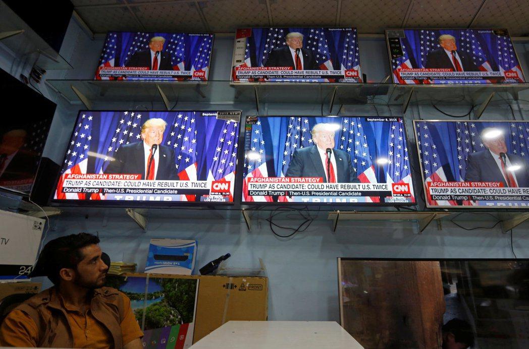 一名阿富汗男子廿二日在喀布爾一間電器行觀看美國總統川普發表阿富汗新政策。 (路透...