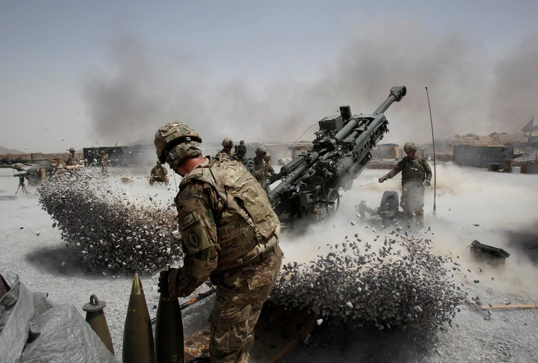 美軍砲兵2011年在阿富汗坎達哈省一處陣地開砲。 (路透)