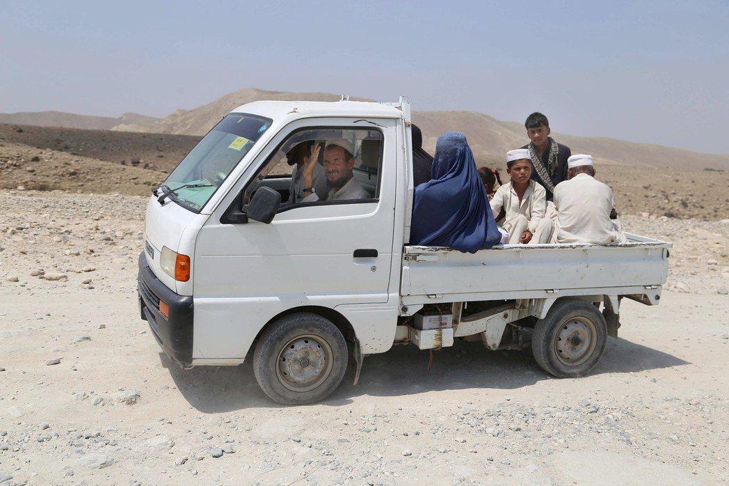 一輛小貨車開過阿富汗楠格哈爾省一處崎嶇道路。美國耗費巨資幫阿富汗修建道路,卻欠缺...
