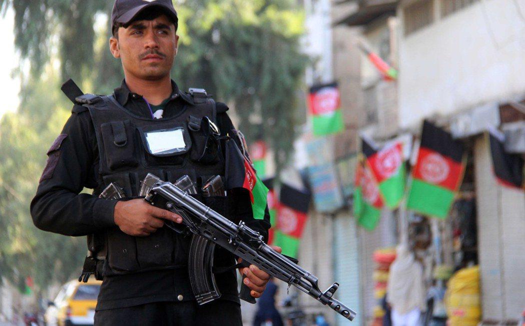 一名警察在阿富汗第二大城坎達哈街頭值勤。 (歐新社)