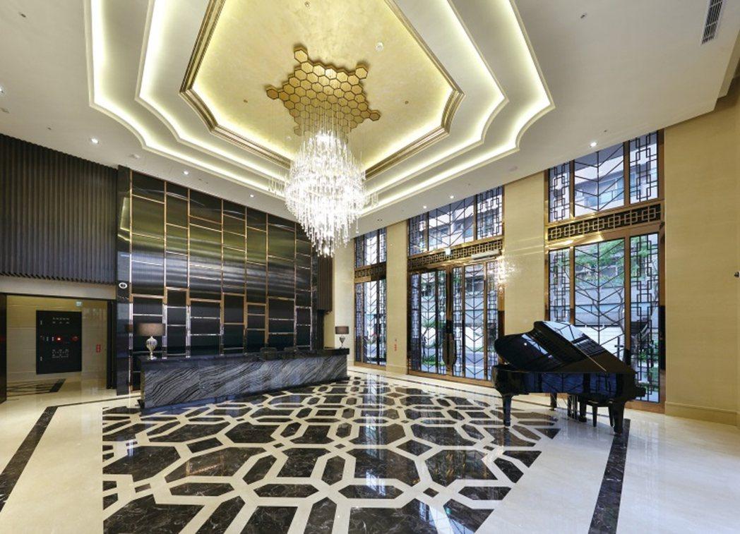 鋼琴聲響起,拼花地坪,宛如飯店般雍容華貴,是撫慰人生的新排場。 圖片提供/崑庭建...