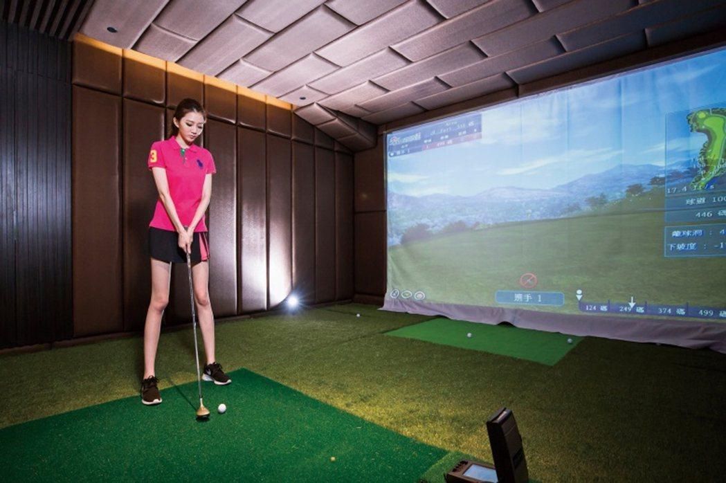 VR高爾夫練習室,無須爬坡越嶺,在家領略球技再上層樓的樂趣。 圖片提供/崑庭建設