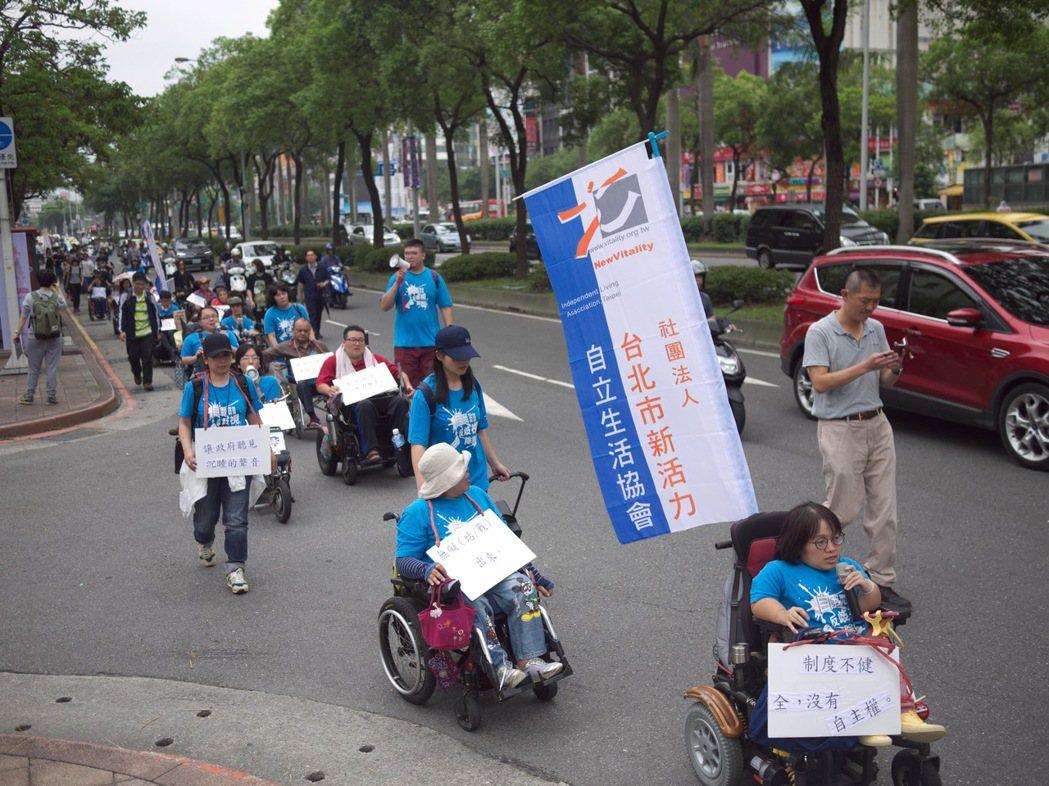 台北市新活力自立生活協會日前發起抗議後,政府擬把個人助理時薪從現行140元調至1...