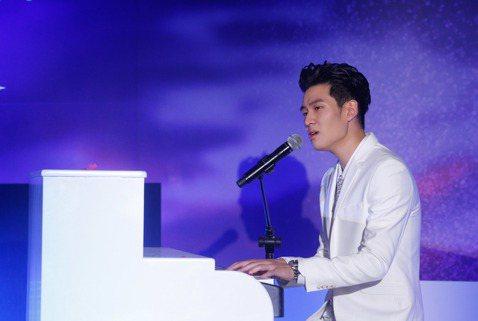 2017亞洲巡迴演唱會台北站將於明天開始售票,周興哲中午在記者會現場自彈自唱情歌,並表示,希望邀請蔡健雅擔任嘉賓。