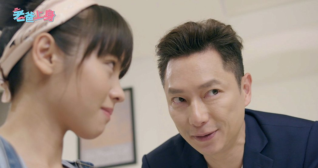 謝祖武(右)私下故意逗弄年輕演員。圖/CHOCO TV提供