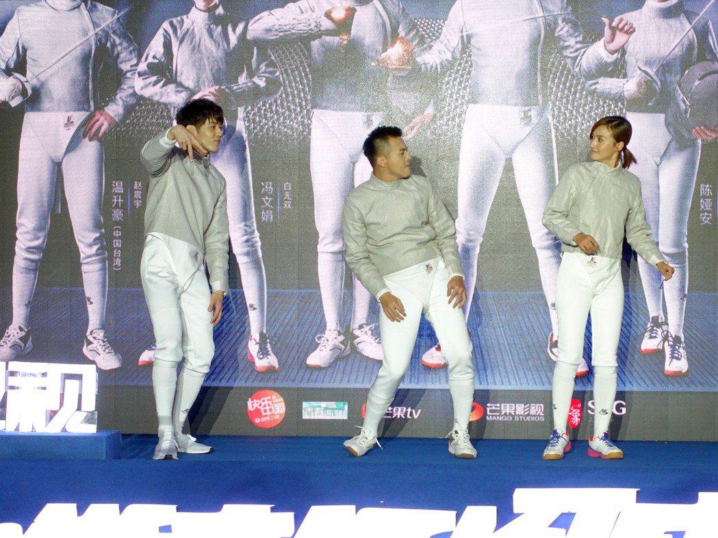 胡宇威穿劍擊服搞笑跳舞。圖/寶麗來提供