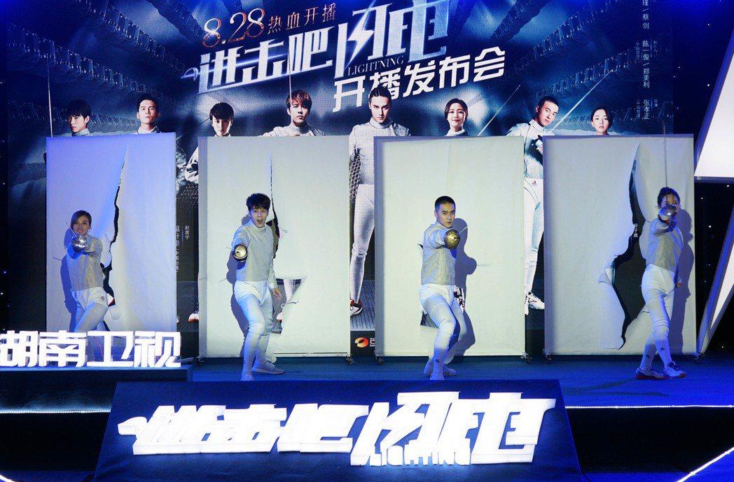 胡宇威、蔣勁夫、陳婭安、馮文娟現場表演擊劍動作。圖/寶麗來提供