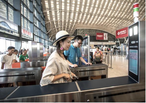 大陸民眾到武漢火車站搭高鐵,全面啟用臉部識別技術自助驗證進站通道,旅客直接「刷臉...