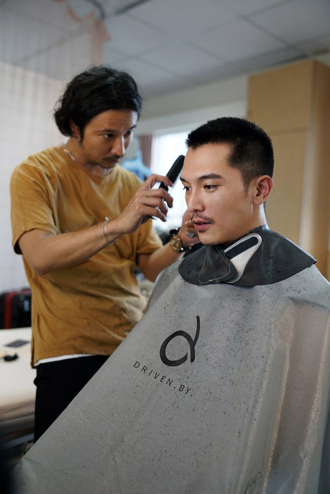 邱澤敬業為最後一場殺青戲剃頭。圖/親愛的工作室提供