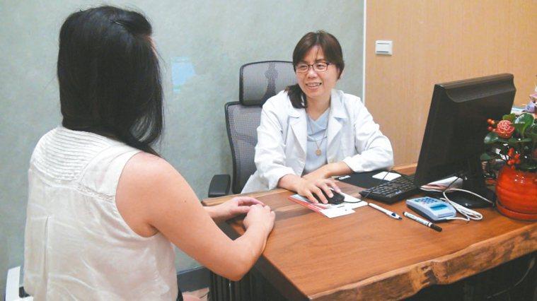 恩德婦產科院長姚美芳(右)表示,婦女更年期有「年輕化」趨勢,必須及早未雨綢繆。 ...