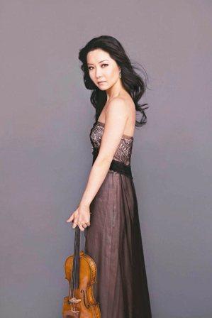 英國皇家愛樂管弦樂團去年底創下古典頂尖樂團首例,與加拿大籍華裔小提琴家侯以嘉(圖...