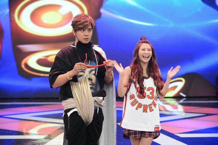 小豬羅志祥(左)和愷樂主持「娛樂百分百」。圖/八大提供