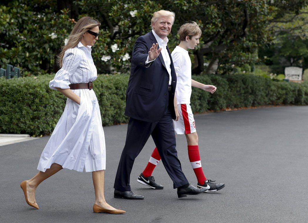 拜倫(右)6月17日從白宮出發準備到大衛營度假,穿著一身運動服。 美聯社