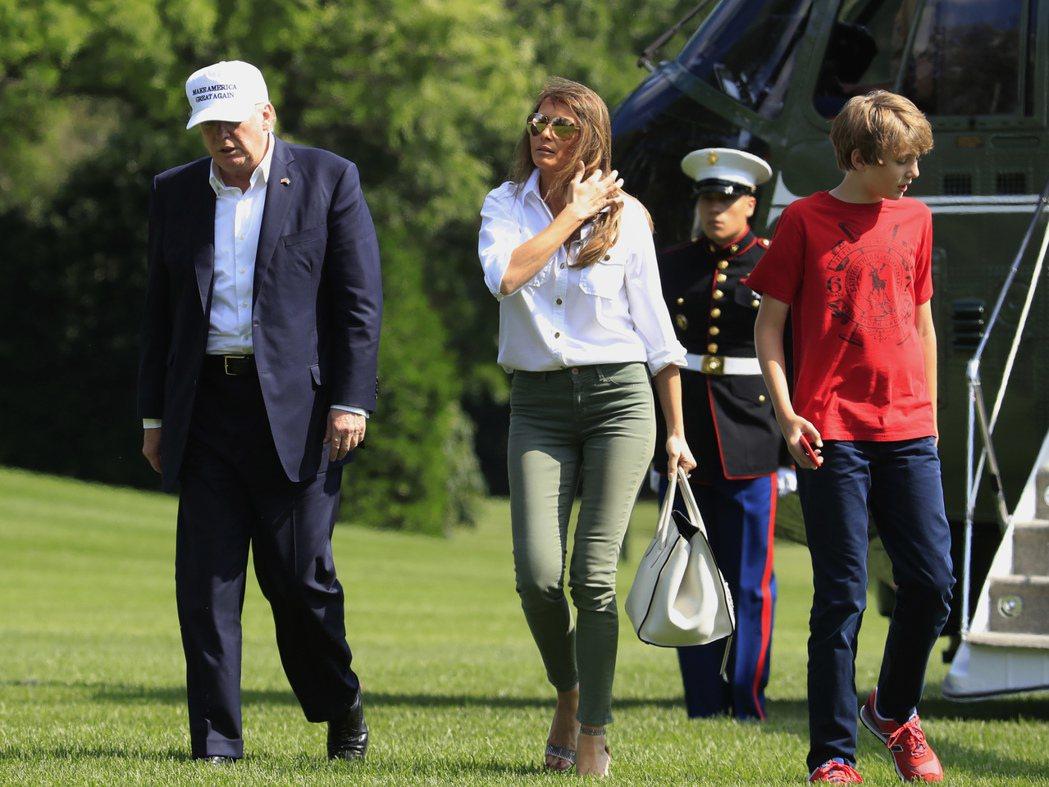 拜倫(右)6月18日從大衛營結束假期回到白宮。 美聯社