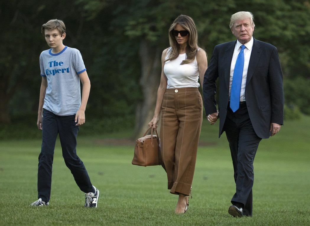 川普的幼子拜倫(左)6月11日從紐澤西州結束度假回到白宮,穿著T恤球鞋。 美聯社