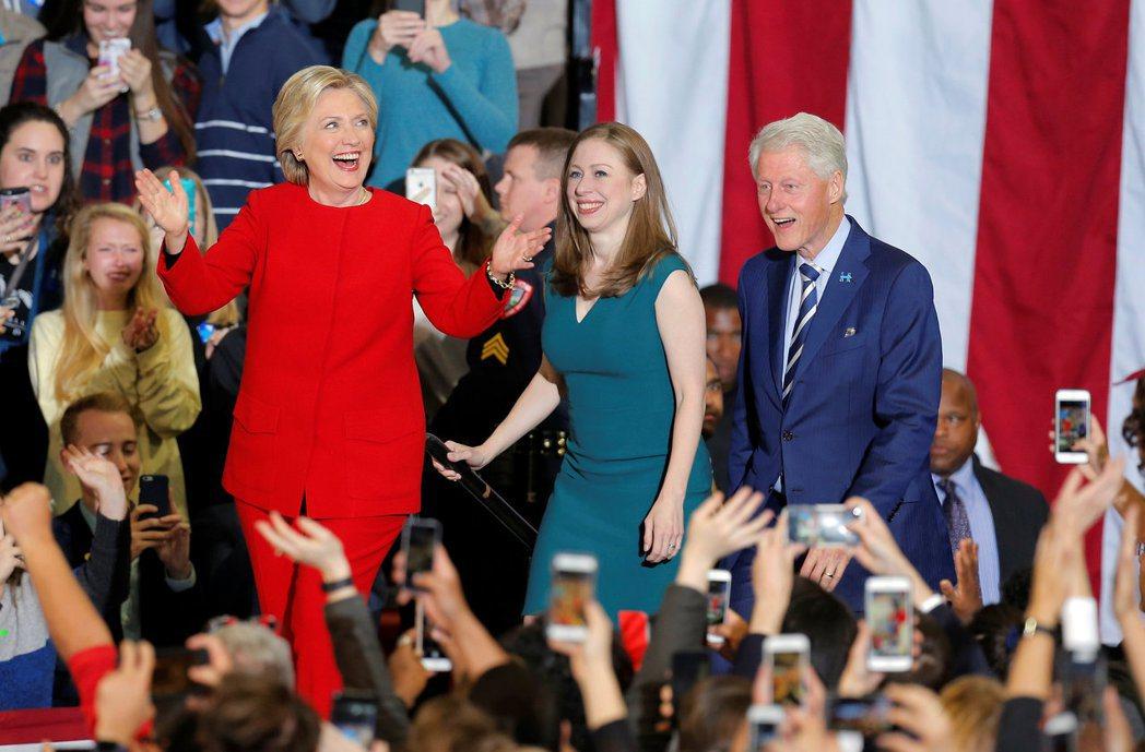 去年美國總統大選期間,美國前總統柯林頓(右)幫妻子希拉蕊(左)造勢,女兒雀兒喜(...