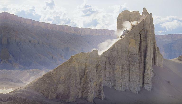 看到這陡峭的沙丘後,只能說 Ken Block 的心臟真的很大顆啊。 摘自 Youtube