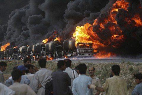 巴基斯坦,是聯軍在阿富汗戰場上,最重要的補給路線。圖為2011年8月22日,在巴...