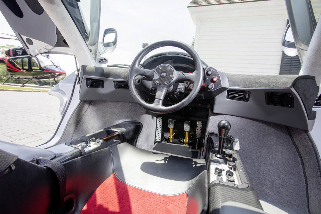 全碳纖維輕量化車體加上駕駛座置中的三座設計,至今仍相當經典。 摘自 Carscoops