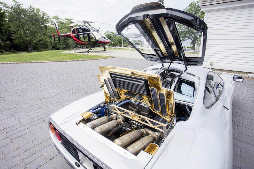 McLaren F1 的動力心臟採 BMW 6.1 升 V12 自然進氣引擎,搭配六速手排變速箱,最大馬力為 627 匹。且為了幫助散熱,鍍金的引擎室更加顯眼吸睛。 摘自 Carscoops