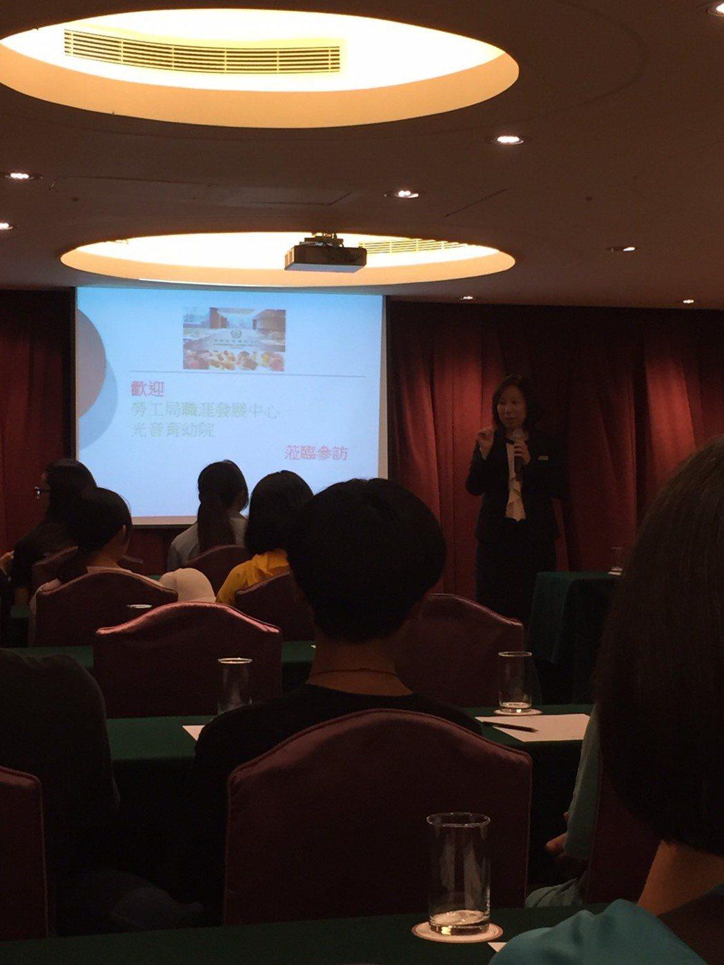 台中長榮桂冠酒店公關部-陳怡如經理為光音育幼院孩子們介紹導覽。 業者提供。