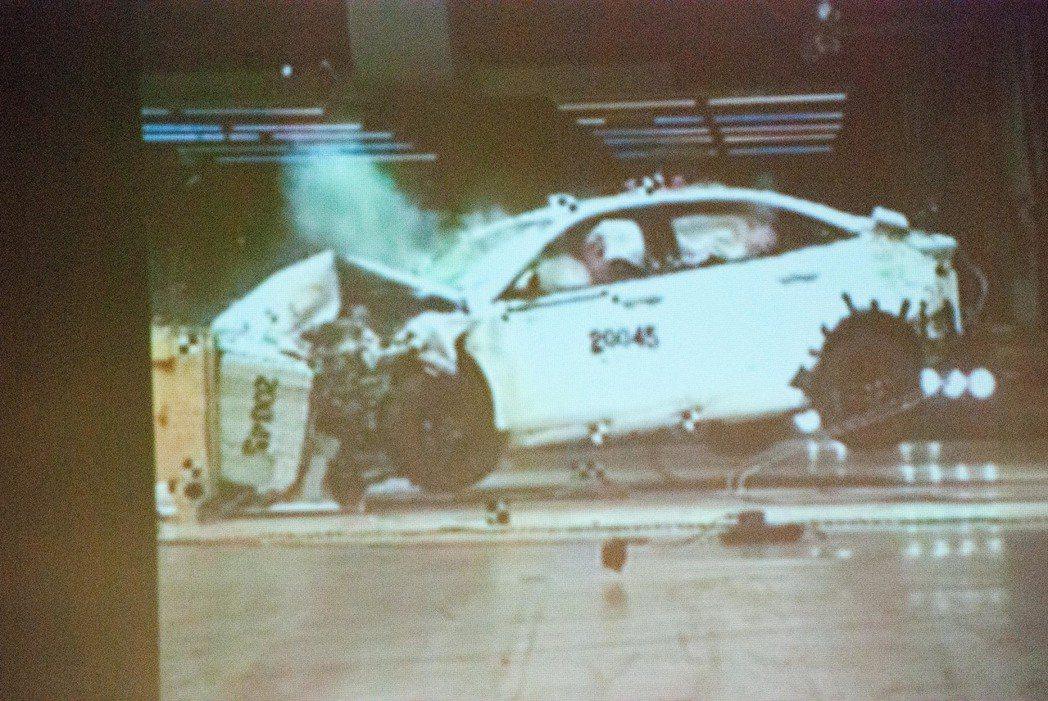 Ford Escort撞擊測試。記者林昱丞/攝影