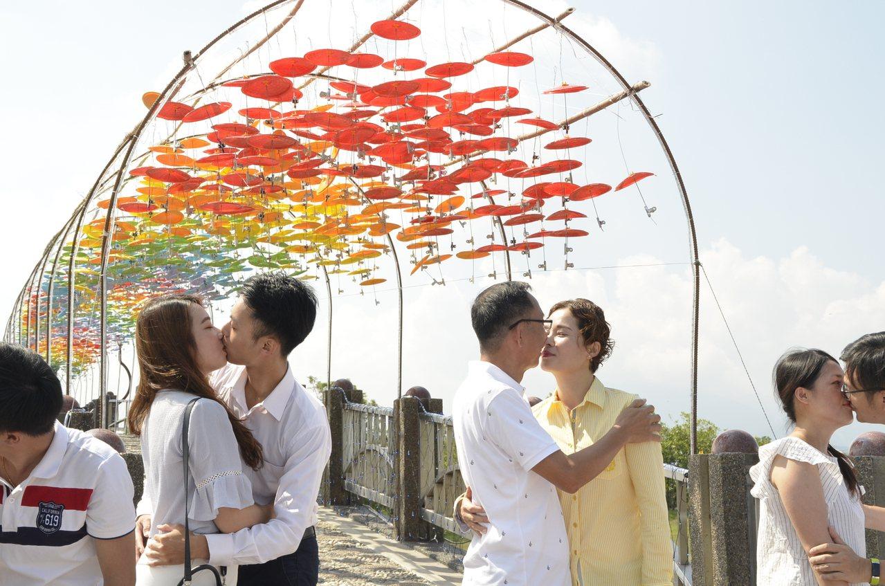 三星鄉的鵲橋上頭掛上梨樹所使用的七彩小傘5000支,浪漫唯美。圖/三星鄉公所提供