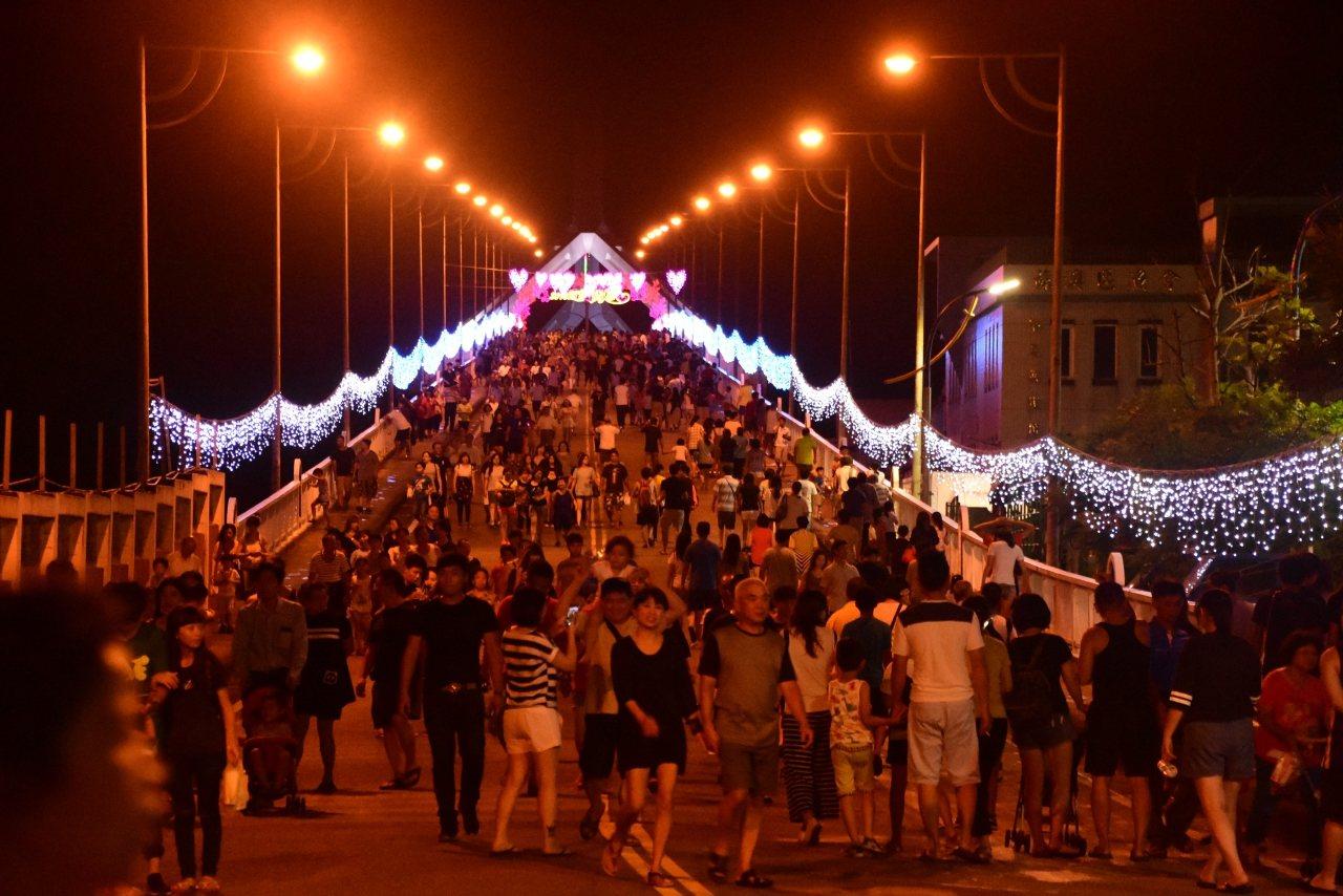 去年宜蘭縣政府主辦的七夕情人節活動,首度移師南方澳,跨海大橋吸引愛侶駐足。圖/宜...