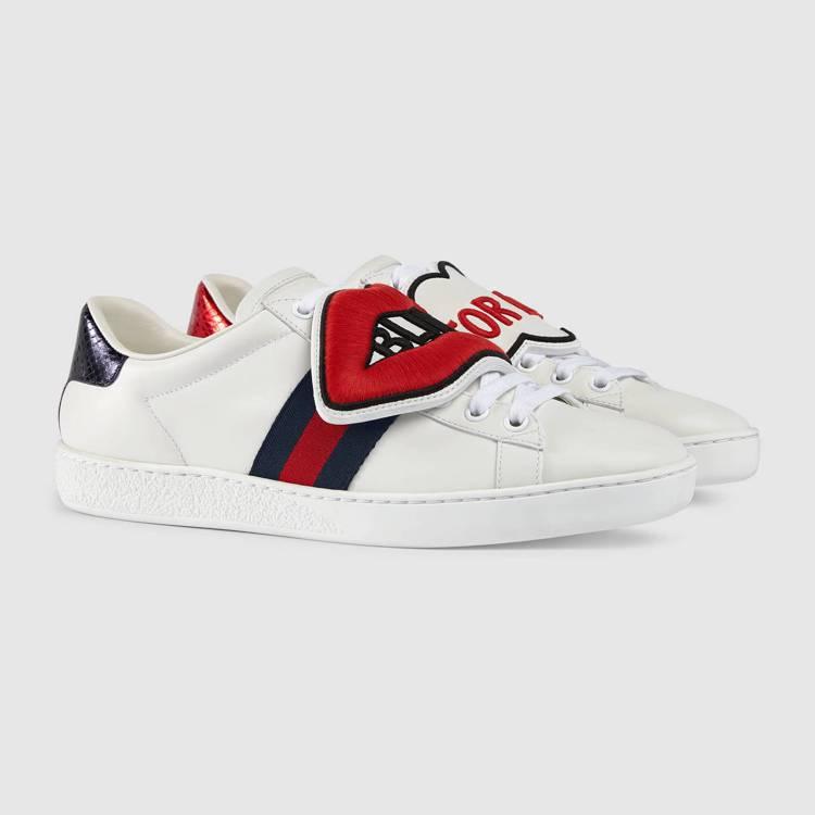 ACE紅唇與標語字樣裝飾運動鞋,24,500元。圖/Gucci提供