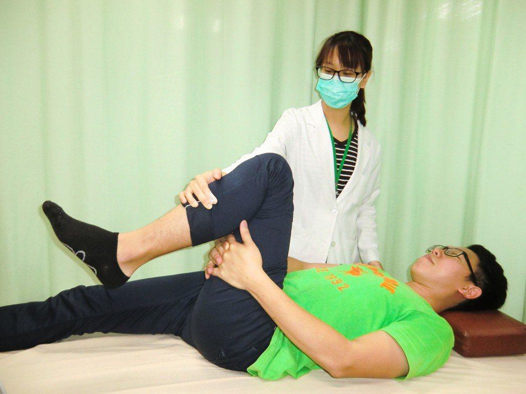第一招「下背肌群牽拉運動」