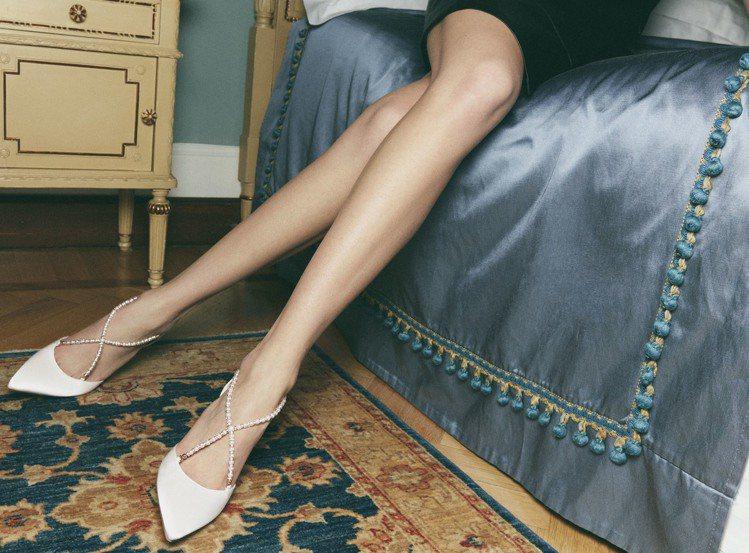 緞面珍珠鑽砂鞋款為品牌首度下修價格的新作。圖/RENE CAOVILLA提供