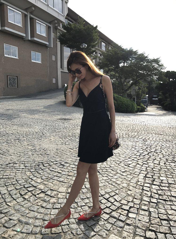 林志玲俏麗詮釋艷紅緞面珍珠鑽砂平底鞋。圖/RENE CAOVILLA提供