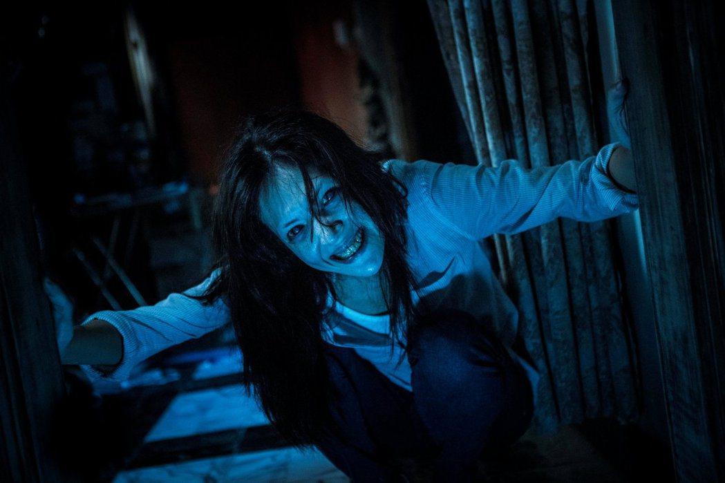 「紅衣小女孩2」許瑋甯中邪的劇照,傳共有5個靈體在她身邊。圖/威視提供