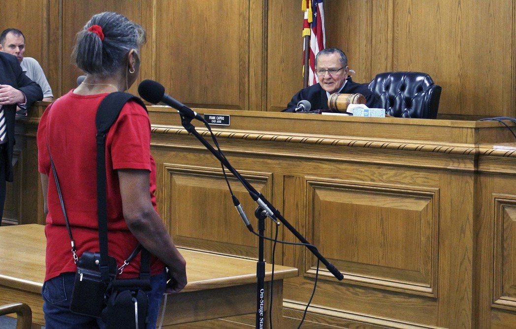 卡普里歐法官開庭時撤銷一張停車罰單。美聯社