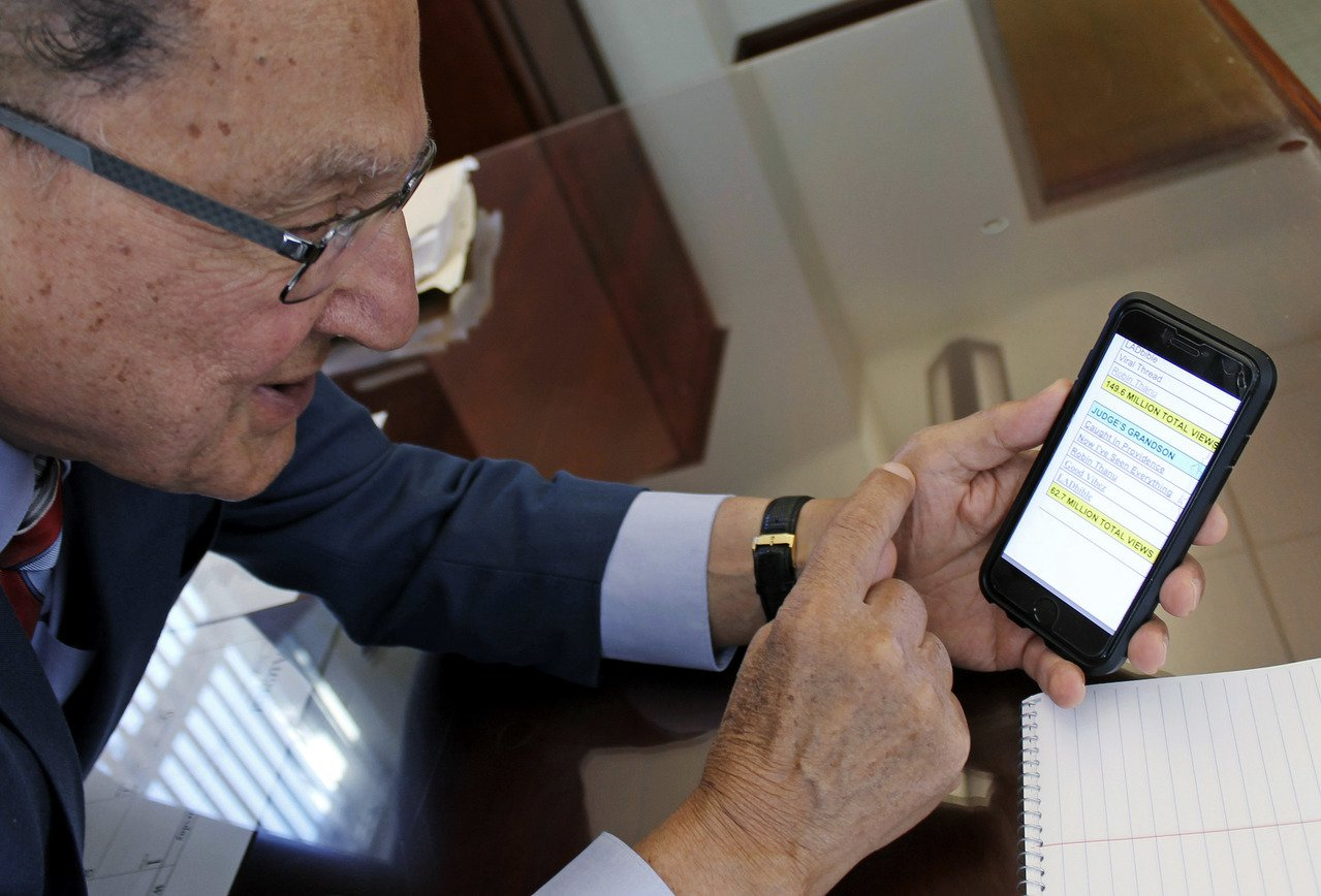 卡普里歐法官展示手機顯示自己的影片在臉書被觀看的統計數據。美聯社