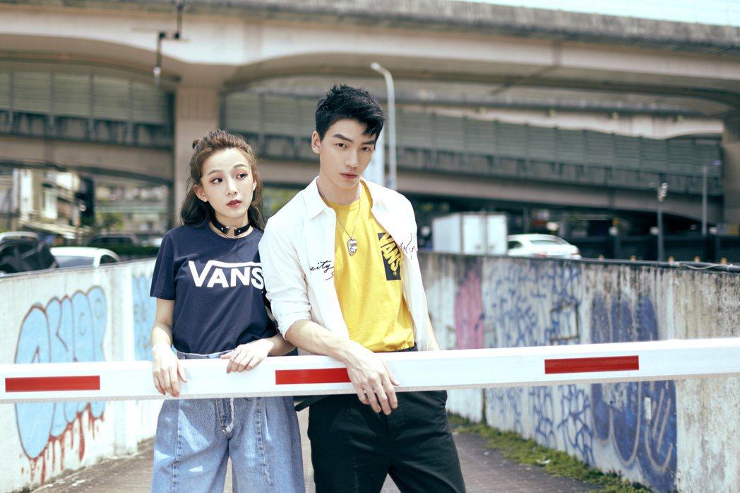 張洛偍(右)拍攝情侶裝特輯。圖/OVERDOPE提供