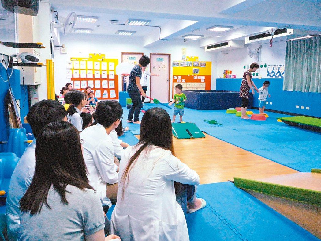 透過親職效能諮詢課程,過動兒童家長可學習教養技巧。 圖/草屯療養院提供
