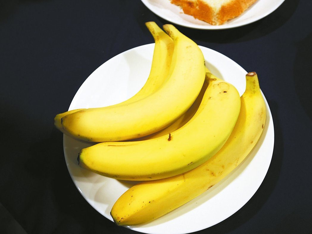 外國選手特別喜歡台灣的水果,水果一天提供8000公斤,其中第一名是香蕉,每天要提...