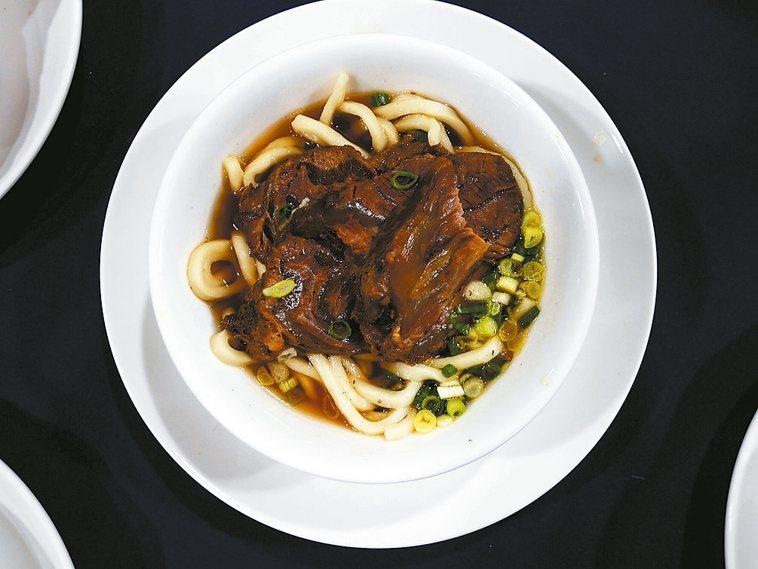 許多民眾愛吃的牛肉麵、麻油雞麵線、咖哩烏龍麵、酸菜鴨肉麵都是「鹽質爆表」等級,一...